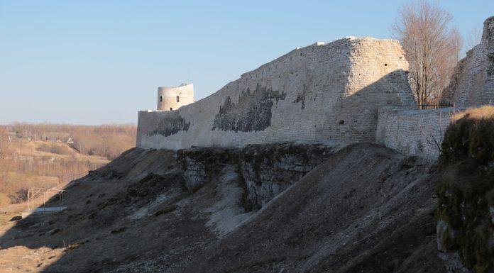 Изборская крепость после варварской реконструкции