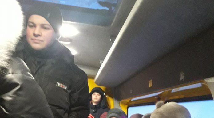 В рейсовом автобусе, который идёт вместо школьного, детям постоянно не хватает места.