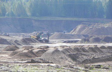 Разработка карьера около деревни Алё Новосокольнического района полностью незаконно ведётся на землях сельхозназначения.