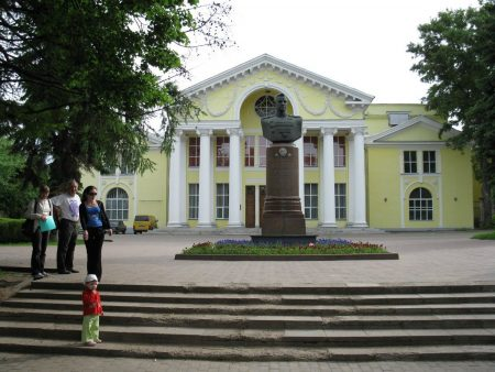 Великие Луки. Памятник Рокоссовскому и здание театра.
